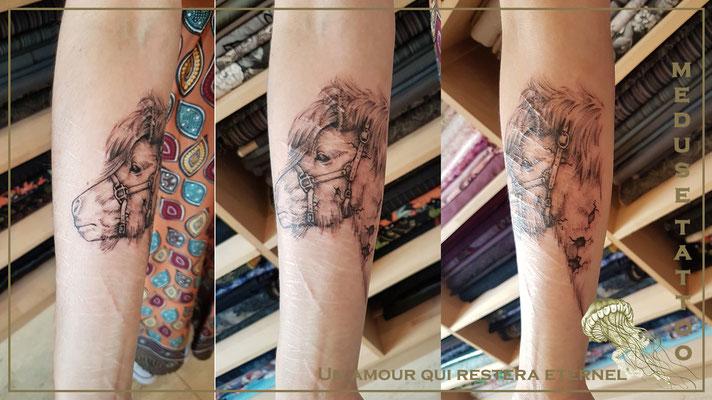 Tatouage d'un poney avec craquellement  - Méduse Tatto en Belgique