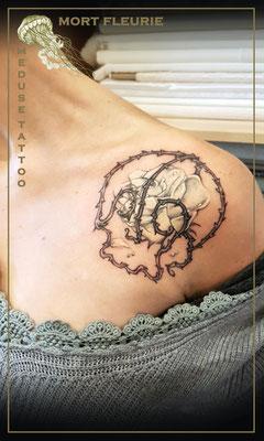 Tatouage crane avec rose blanche  - Méduse Tattoo en Belgique