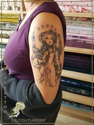 Tatouage art nouveau, la couturière - Méduse Tattoo en Belgique