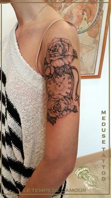 Tatouage d'une horloge et fleurs  - Méduse Tattoo en Belgique