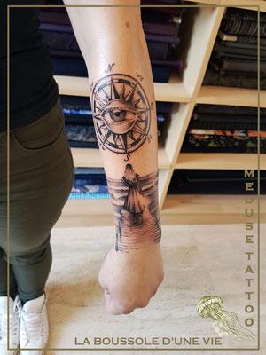 Tatouage boussole avec la mer - Méduse Tattoo en Belgique
