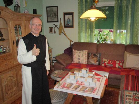Segnung von weiteren 5000 Stk. Gebetskarten durch P. Alkuin Schachenmayr OCist