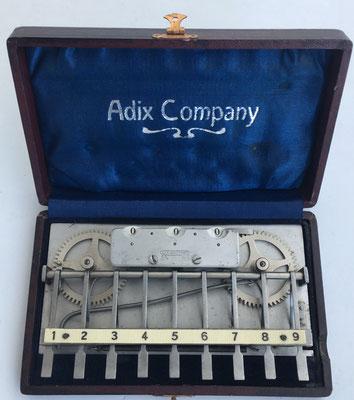 Sumadora ADIX modelo 2 (con placa base de completa y ruedas de aluminio), hecha por Palweber & Bordt (Mannhein), sin s/n, sin barra para decenas, año 1903,  16x10 cm