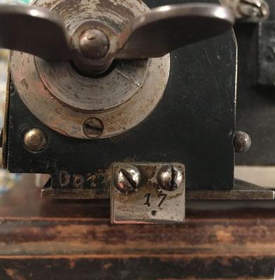 Detalle de la calculadora con el número de serie