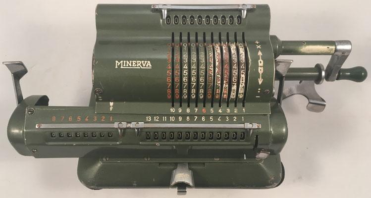 """MINERVA modelo VA, s/n 17791, hecha en España por la """"Fábrica de Artículos Mecánicos para Oficina S.A. (FAMOSA)"""", año 1946, 35x15x13 cm"""
