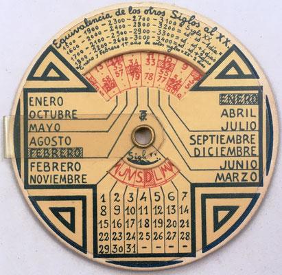 """Detalle del reverso del círculo de cálculo """"CIRCUNFERENCIA CALCULADORA"""", con calendario para 3000 años"""