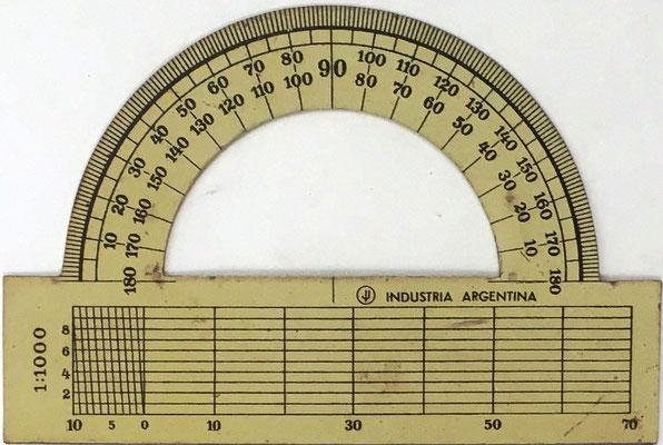 Ejemplar 1 de transportador Industria Argentina, sin nombre, la parte inferior se utiliza junto con el Sector para navegación y realización de cálculos para aumentar la precisión de medidas con sistemas de líneas oblicuas, 9x6 cm