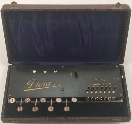 Sumadora DIERA, fabricada por Adix Company Pallweber & Bordt, Mannheim, es una mejora de ADIX e incorpora un mecanismo para apuntar resultados, s/n 831, año 1906,  24x12 x4cm
