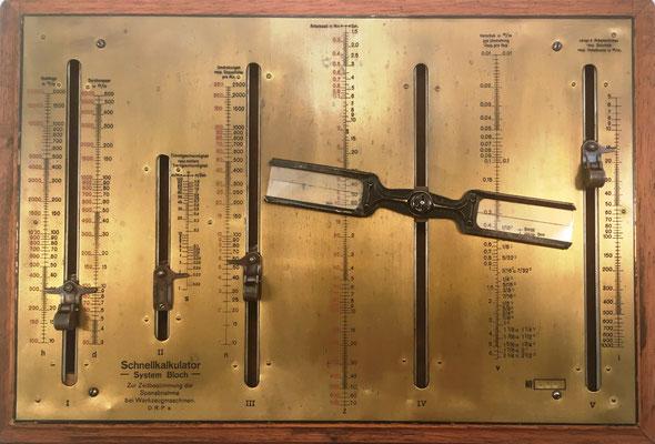 Nomograma Sistema BLOCH (Georg Bloch,  Oberndorf, Alemania), s/n 698, año 1919, 38x27 (35x23 sin la madera) cm. Es un nomograma mecánico con 7 escalas logarítmicas, 5 ranuras y dos palancas interiores  interconectadas