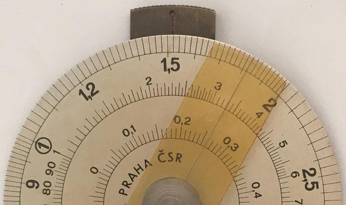 El círculo de cálculo es de una pieza y tiene 2 cursores