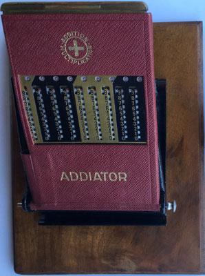 """Ábaco de ranuras """"ADDIATOR"""", con funda y en su soporte de madera y hierro, s/n F-132702, año 1923, medidas del conjunto 20x27x13.5 cm"""