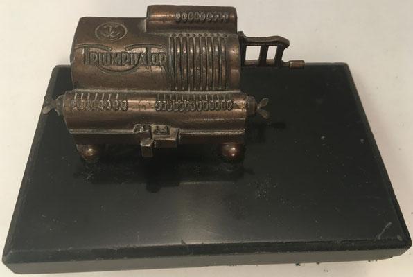 Miniatura de calculadora TRIUMPHATOR, en metal, hacia 1960, 8x3x3 cm