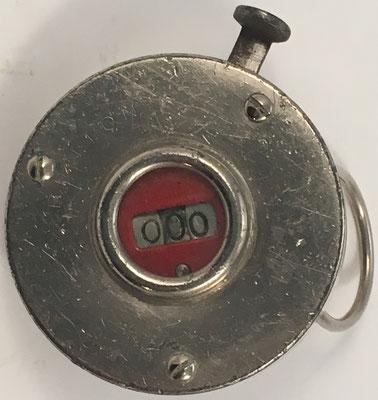 Contador de 3 dígitos 'O' Tally Register, sin s/n, fabricado por Benton Manufacturing Company en New York (USA), año 1908, 5 cm diámetro