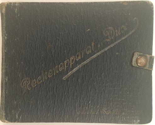 Libro de multiplicaciones 'rechenapparat' DUX, gesetzl. Schutz angem., libro nº 433 de la biblioteca del periodista alemán Werner Höfer (su padre fue constructor de carreteras), 16x13 cm