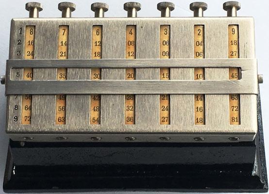 Ábaco multiplicativo marca MULDIVI, ejemplar 3, con 7 cilindros multiplicativos de Napier de 10 caras cada uno, hecho en Francia, año 1926, 12.5x7x7 cm