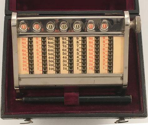 DUX, fabricado por  Forum Schmidt (Copenhague, Dinamarca), 7 ventanas de resultados, en su caja con el punzón, hecho en Copenhague (Dimanarca), s/n 2170, año 1910, 12x8x5 cm