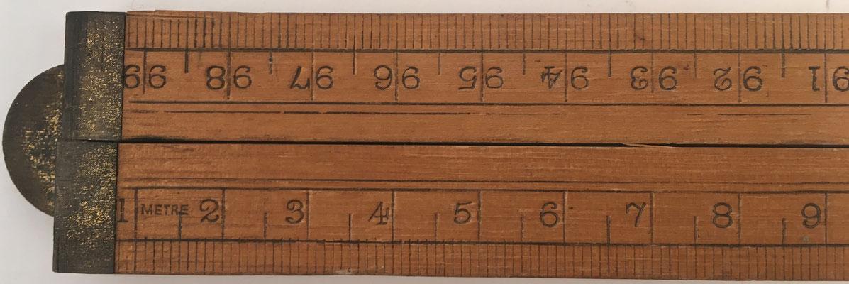 Detalle del metro de madera plegable