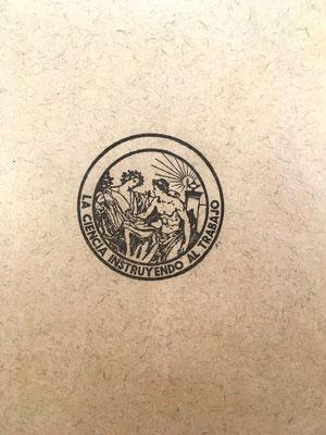 """En la contraportada aparece una imagen del logotipo """"La Ciencia instruyendo al Trabajo"""""""