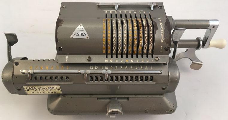 ASTRA, s/n 15519, es una MINERVA distribuida con el nombre de ASTRA por la Casa (Venancio) Guillamet, año 1956, 35x17x12 cm