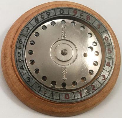 Sumadora IFACH de Genaro Calatayud, precio 38 pesetas, fabricada por Industrias-Avargues en Calpe (Alicante, España), año 1945, 12.8 cm diámetro y 1.8 cm grosor