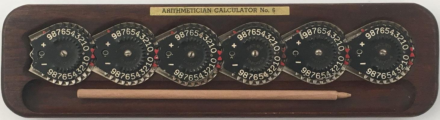 BAIR-FULTON CALCULATOR, Arithmetician Calculator nº 6 (con 6 diales), patentado por Joseph H. Bair de Camp Hill (Pensilvania), fabricado por Bair-Fulton Co. (York, Pensilvania, USA), año 1928, 24x6 cm
