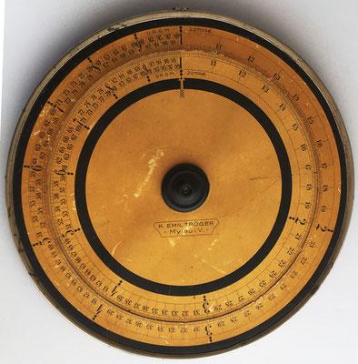 Círculo de cálculo K. EMIL TRÖGER, Mylau i. V. (im Vogtlandkreis, Alemania), modelo sin cursor, hacia 1925, 29.5 cm diámetro