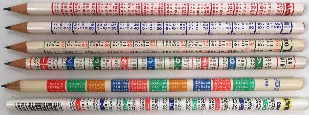 Lapiceros con tablas de multiplicar marca MASATS 9002 (rojo y azul) y 900 (verde), IL ASA SPAIN (rojo-azul-verde), BOHEMIA WORKS 148 (rojo-verde-naranja-azul) y LYRA 2065 (rojo-azul-verde), 17 cm