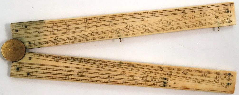 Reverso del Sector, con escalas para pulgadas, pies decimales, líneas de senos, tangentes, partes iguales, líneas de cuerdas, números (escalas de registro para multiplicación), polígonos, secantes