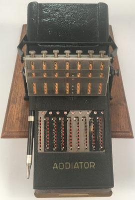 """El ábaco multiplicativo neperiano """"MULDIVI"""" se combina con sumadoras de ranuras tipo """"ADDIATOR"""" (posición resta)"""