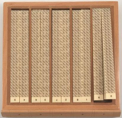 El cajón segundo contiene 50 varillas numéricas de doble cara, de 21x2 cm cada una