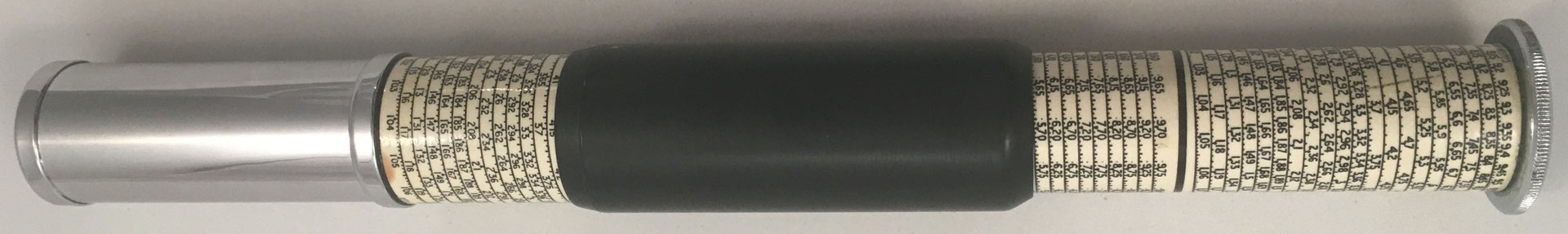 OTIS KING'S Poket Calculator, Modelo L tipo Xb, escalas nº 429 y nº 430, s/n V4466, made in England, año 1963, 3 cm diámetro (longitud: 15 cm cerrada, 26 cm desplegada),  (precio estimado: 100€)