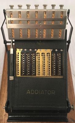 """Combinación de ábaco de ranuras """"ADDIATOR"""" s/n F-130851, año 1923, (posición suma) con ábaco multiplicativo neperiano """"MULDIVI"""", Francia 1926,  20x27x19 cm"""