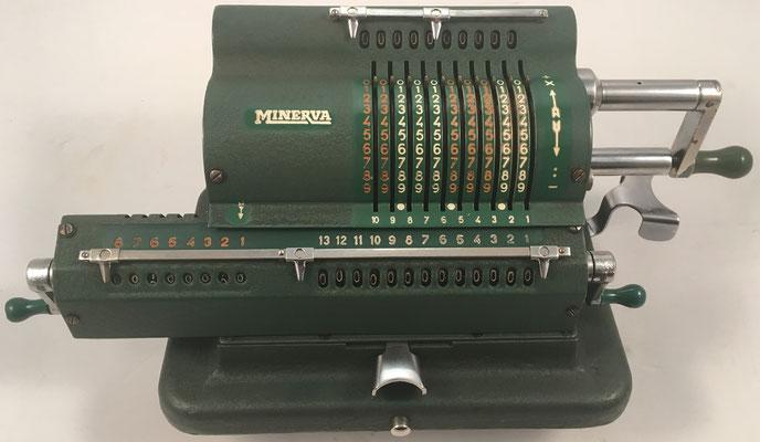 """MINERVA, s/n B-9373, fabricada en Barcelona (España) por la """"Fábrica de Artículos Mecánicos para Oficina S.A. (FAMOSA)"""", año 1946, 34x16x14 cm"""
