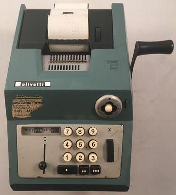 "OLIVETTI modelo Restysuma (o Summa Prima) 20, s/n 158187, fabricada en España por ""Hispano Olivetti"", año 1962, 24x29x14 cm"