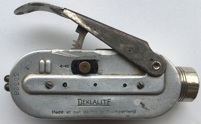 Linterna manual marca DEKLALITE, s/n 30328, hecha en Suiza