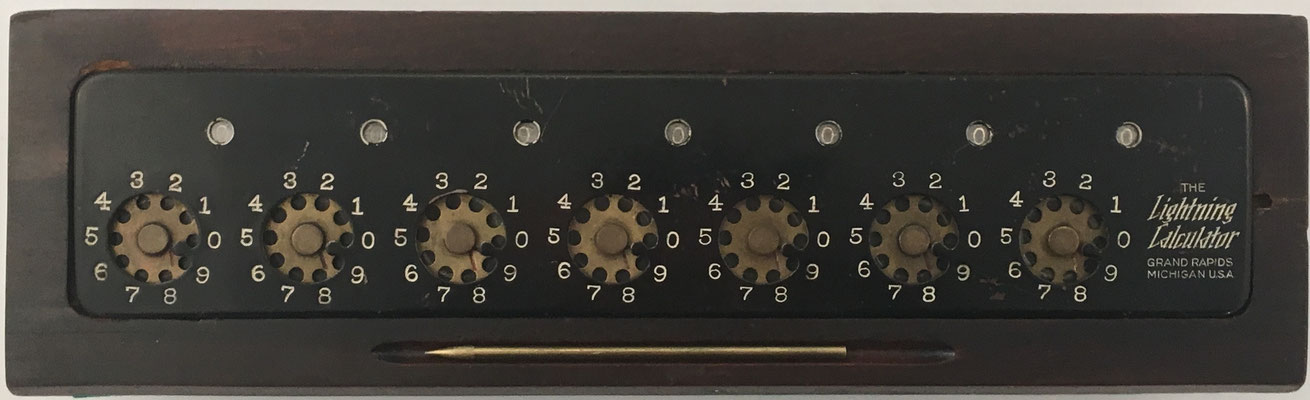 The LIGHTNING CALCULATOR, fabricado por Calculator Corp. en Grand Rapids, Michigan (USA), año 1908, 34x9X5 cm