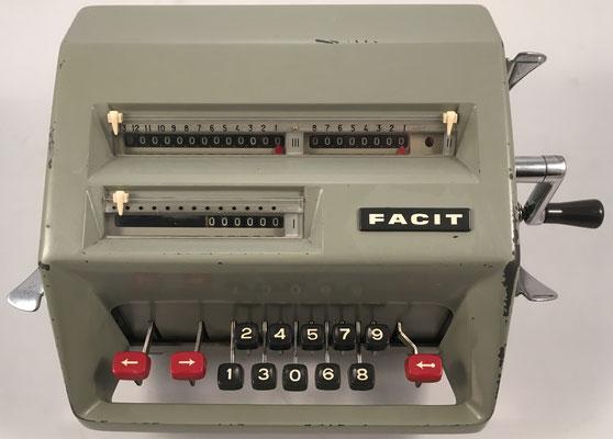 """FACIT modelo C1-13, s/n A-283163, hecha por la """"Facit GmbH"""" en Düsseldorf (Alemania ), año 1957, 31x21x15 cm"""