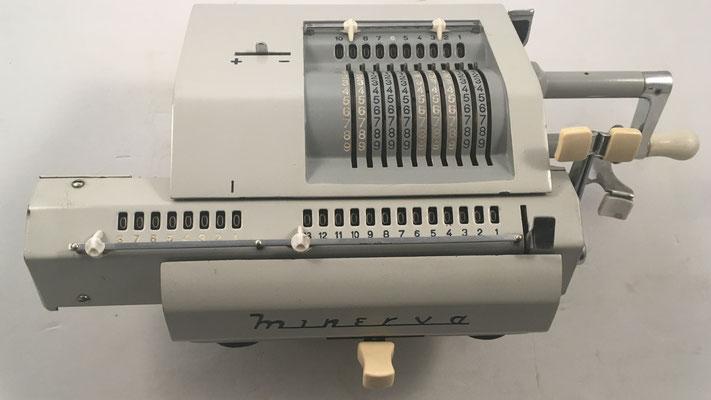 MINERVA modelo DAC, s/n 26615, esta máquina se comercializó en Alemania bajo el nombre BRUNSVIGA mod. 13RM por la empresa Olympia Werke, año 1959, 38x18x10 cm