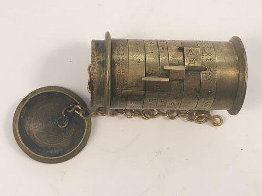 Medidor de exposición fotográfica WATKINS Exposure Meter, diseñado por Alfred Watkins, fabricado por R. Field & Company  en Birmingham (Inglaterra), año 1891, 6,5 cm x 3.5 deiámetro