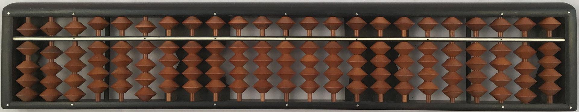 "Ábaco japonés ""soroban"" posterior a la II Guerra Mundial, 23 columnas, 33x6 cm"