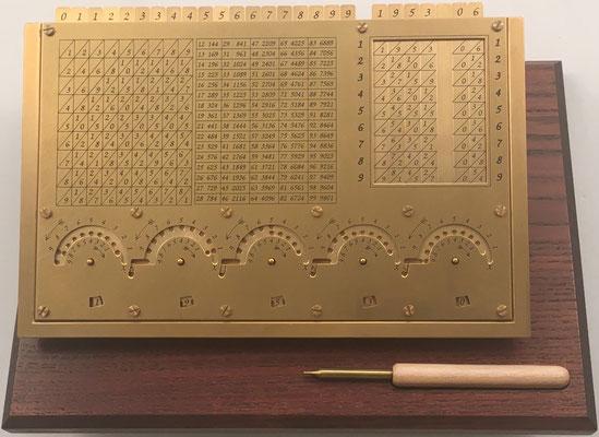Diseño moderno de calculadora al estilo del reloj-calculador de Schickard, diseñado por Martin Brunold (construido por Torsten Hiller), s/n 28, Alemania, año 2014