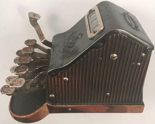 Vista lateral de la sumadora THE ADDER, fabricada por The Adder Cash Register Syndicate Ltd. (Londres) y comercializada probablemente desde 1908 (la patente se concedió en 1904)