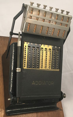 """Combinación del  ábaco multiplicativo neperiano """"MULDIVI"""" con el ábaco de ranuras """"ADDIATOR"""" año 1923, s/n F-130851, para facilitar multiplicaciones y divisiones complejas"""