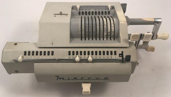 """MINERVA modelo DAC, s/n 23014, fabricada en España por la """"Fábrica de Artículos Mecánicos para Oficina S.A. (FAMOSA)"""", año 1959, 38x18x10 cm"""