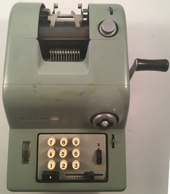 "OLIVETTI modelo Summa 15, s/n 63040-R, fabricada en Italia por la empresa ""Ing. Olivetti et Compagnia"", año 1949, 24x34x15 cm"