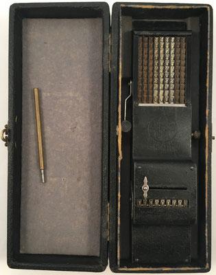 Ábaco de cadena Sabielny SUMMATOR A9 en su estuche. Precio en 1925:  85 marcos