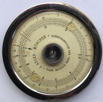 J. ADLER, MÜNCHEN, Eisen, Metalle, BERG-UND HÜTTENPRODUKTE, año 1916, 6.5 cm diámetro. Similar al modelo Doege & Schmidt fabricado por Wilhelm Molter, Nuremberg (Alemania)