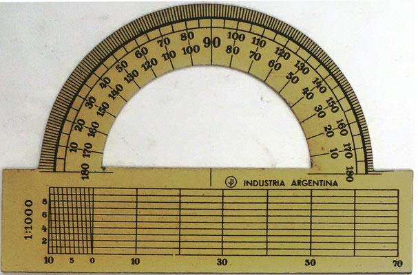 Ejemplar 2 de transportador Industria Argentina, sin nombre, la parte inferior se utiliza junto con el Sector para navegación y realización de cálculos, 9x6 cm