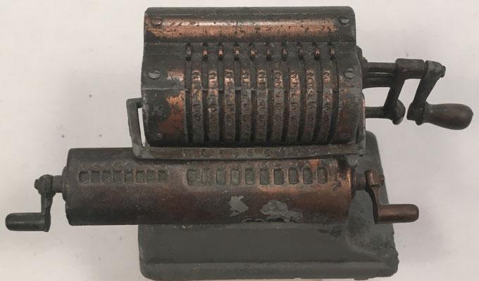 Miniatura de calculadora mecánica, en metal, fabricada por Juguetes EMB Martí (Enrique Martí B., Valencia, España),  nº 1036 sacapuntas, año 1970, 8x4x4 cm