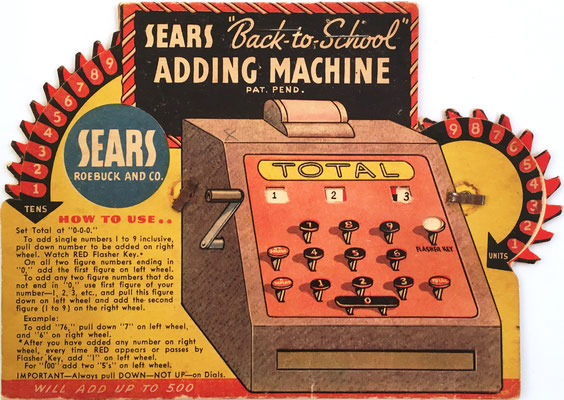 "SEARS ""Back to School"" Adding Machine, con instrucciones de uso impresas en el anverso, cartón blando, fabricado por Sears-Roebuch and Co, Chicago (USA), hacia 1894, 16x11 cm"